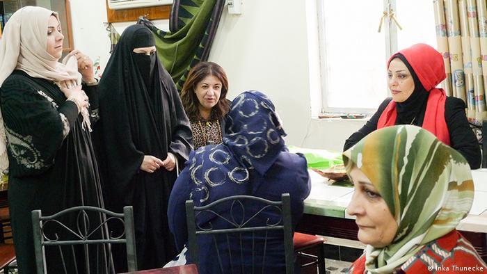 Haura aus Basra vlinks und Samarkand aus Bagdad rechts hinten in der Schreibwerkstatt in Basra Foto Inka ThuneckeDW