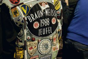 Jeanskutte mit Aufnhern von Vereins- und Fanklub-Wappen
