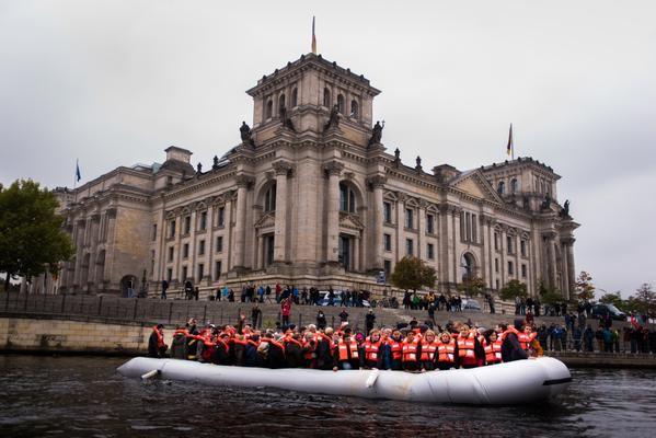 Flüchtlingsboot auf der Spree vor dem Deutschen Bundestag