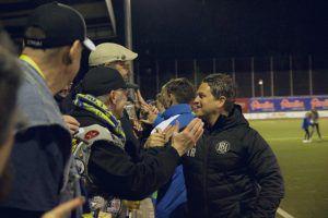 Fans gratulieren BU-Trainer Marco Stier nach dem Sieg