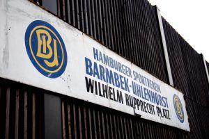 Namesschild aus dem alten BU-Stadion ber dem neuen Stehbereich